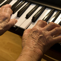 Eldre kvinne spiller piano. Opphavsrett: Colourbox