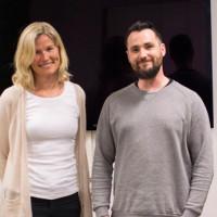 Psykologspesialist Nina Bergmann og musikkterapeut Rene Misje i musikkterapirommet ved Kronstad DPS