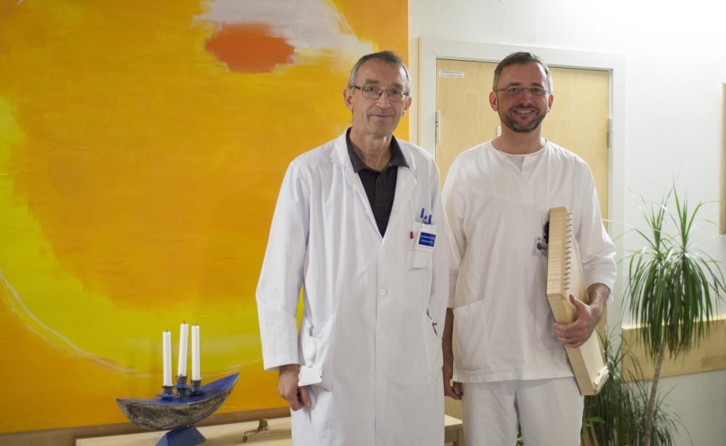 Seksjonsoverlege Jan Henrik Rosland og musikkterapeut Wolfgang Schmid