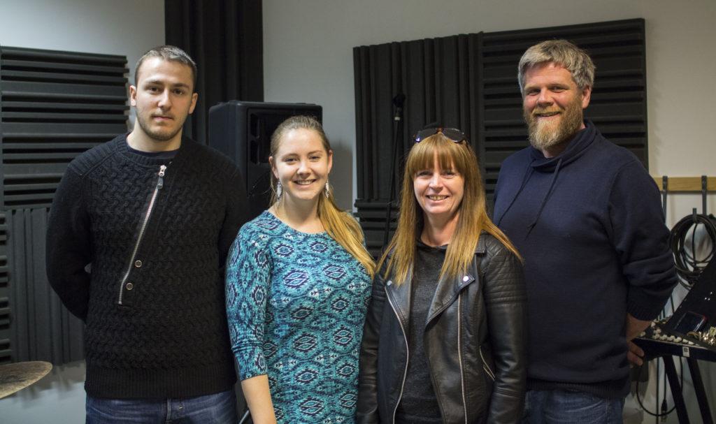 Musikkterapeut Viggo (til høyre og musikkterapistudent Marte (nr. 2 fra venstre) jobber som instruktører i prosjektet Åpen møteplass. Isa (til venstre) er en av assistentene som hjelper instruktørene. Signy (nr. 3 fra venstre) er initiavitaker og adminsitrerer tilbudet.