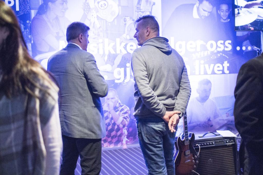 Morten Sommerbakk i samtale med en av konferansedeltakerne. Foto: Rune Rolvsjord.