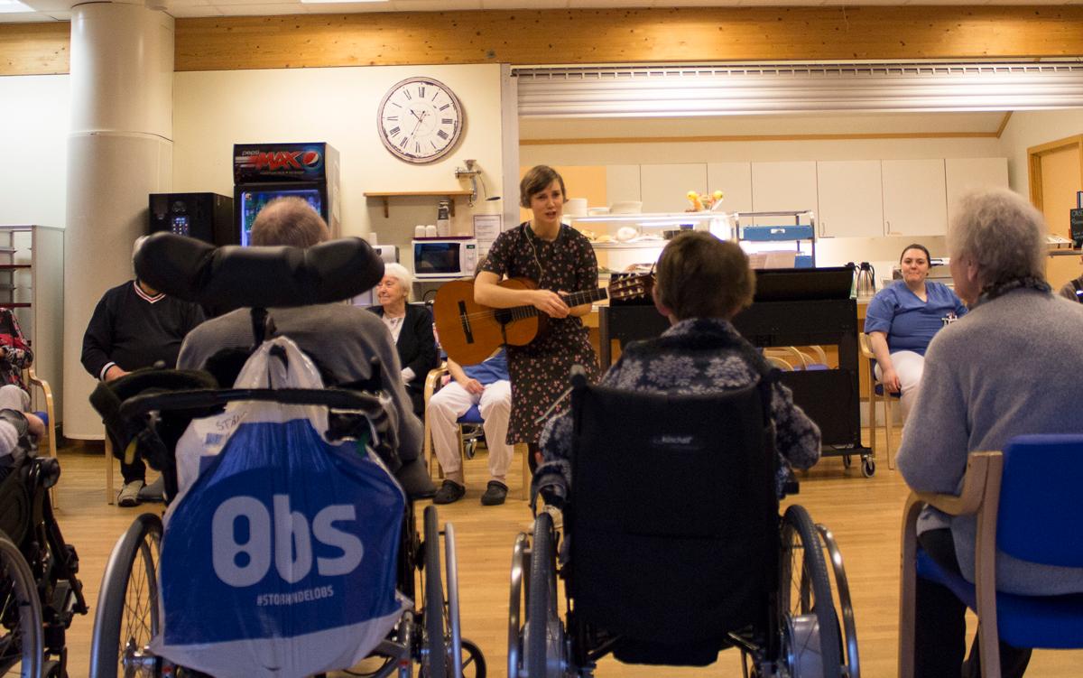 Deltakerne i fysioterapi-og-musikkterapigruppen lar seg engassjere når musikkterapeut Guri Dypvik presenterer neste sang.