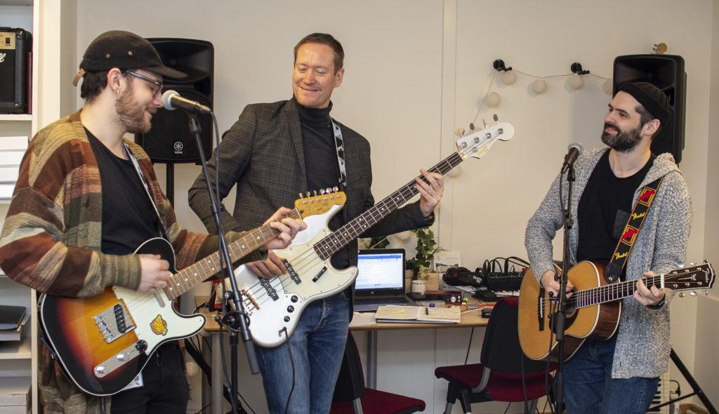 To gitarister og en bassist.